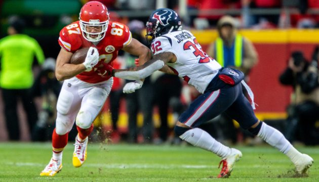 KANSAS CITY, MO - JANUARY 12: Kansas City Chiefs tight end Travis Kelce (87) heads up field against the Houston Texans on January 12, 2019 at Arrowhead Stadium in Kansas City, Missouri. (Photo by William Purnell/Icon Sportswire)
