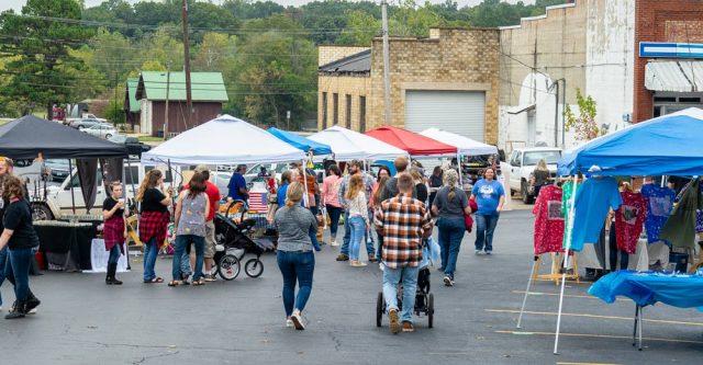 """Crowds gather at Alton, Mo. Ozark """"Black Gold"""" Walnut Festival 2021"""